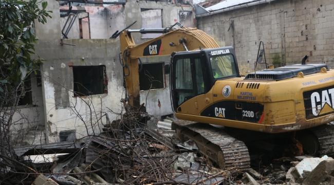 Kartal'da Metruk Yapıların Yıkımı Devam Ediyor